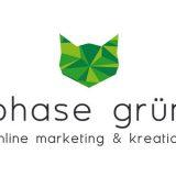 Das neue Logo von phase grün wandert mit der Zeit. Aus den drei grünen Punkten ist ein geometrischer Katzenkopf entstanden, der durch dreieckige Flächen eine dreidimensionale Optik erhält. Unter dem Katzenkopf steht der Schriftzug »phase grün. online marketing & Kreation«.