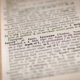 """Das Bild zeigt eine Seite eines Wörterbuches. Bis auf das Wort """"focus"""" sind alle anderen Wörter verschwommen."""