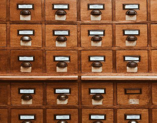 Für das Thema Kundenvertrauen und Datensammeln wurde ein Motiv mit einem Schrank gewählt. Eine Großaufnahme eines Schranks mit vielen kleinen Schubladen füllt das Bild. Auf jeder Schublade ist ein Namensschild, ein Schubladengriff und eine Nummer zu sehen.