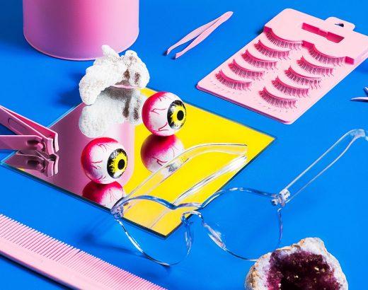 Was passiert, wenn Werbung creepy wird? Das Bild zeigt verschiedene Gegenstände auf einem blauen Hintergrund. Es werden hauptsächlich die Farben blau, rosa, geld und rot verwendet.