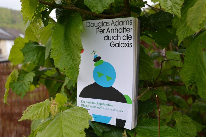 Das Fundbuch »Per Anhalter durch die Galaxis« wurde ausgesetzt und gehört zu unserer Bücheraktion 15 Jahre phase grün