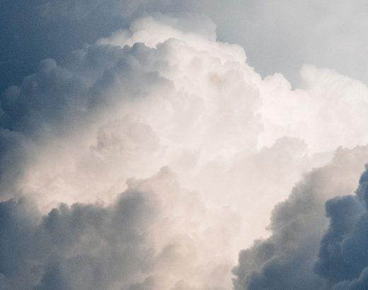 »Warum ein Shitstorm kein Weltuntergang sein muss« - Das Bild zeigt eine bedrohliche Wolke die von einem hellen Lichtstrahl in der Mitte angeleuchtet wird, die Hoffnung verspricht.