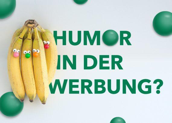 Bananen, mit Nasen aus bunten Kugeln und Augen bestückt, überdecken die Frage »Humor in der Werbung?«. Grüne Kugeln sind über das Bild verteilt.