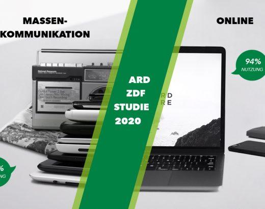 Das Bild ist in zwei hälften Diagonal durch eine breite Linie in zwei Grüntönen getrennt. Auf der linken Seite sieht man gestapelte Handys und Tablet und im Hintergrund ist eine Zeitung und ein Radio zu erkennen mit der Überschrift: Massenkommunikation. Auf der rechten Seite sieht man ein Laptop mit Bürogegenstände. Dies soll die ARD/ZDT Studie 2020 verbindlichen.